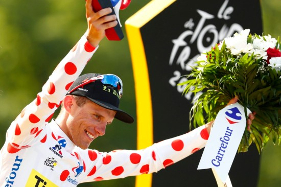 epa05439447 Tinkoff team rider Rafal Majka of Poland celebrates on the podium wearing the best climber polka-dot jersey of the 103rd edition of the Tour de France cycling race over 113Km between Chantilly and Paris Champs-Elysees, France, 24 July 2016. EPA/IAN LANGSDON Dostawca: PAP/EPA.